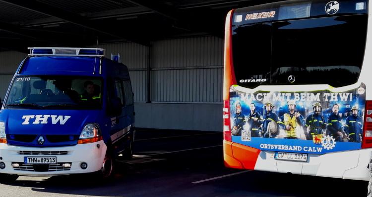 KWS Buswerbung auf Heckfläche Linienbus Calw neben Einsatzfahrzeug THW Technisches Hilfswerk Blau